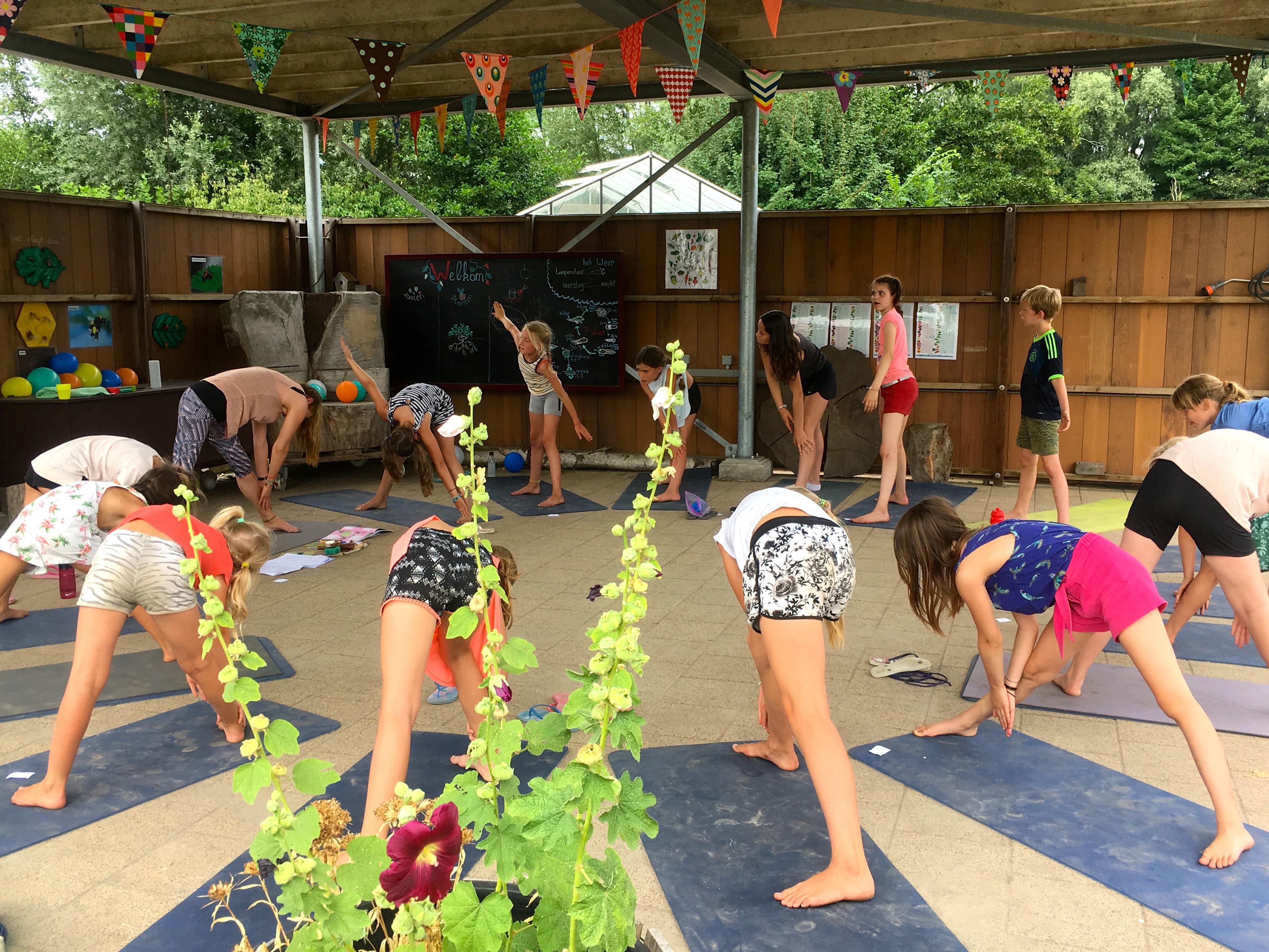 Yogakamp zomerkamp de Kinderyogatuin Aemstel schooltuin Amsterdam Amstelveen kinderyoga mindfulness meditatie buitenyoga