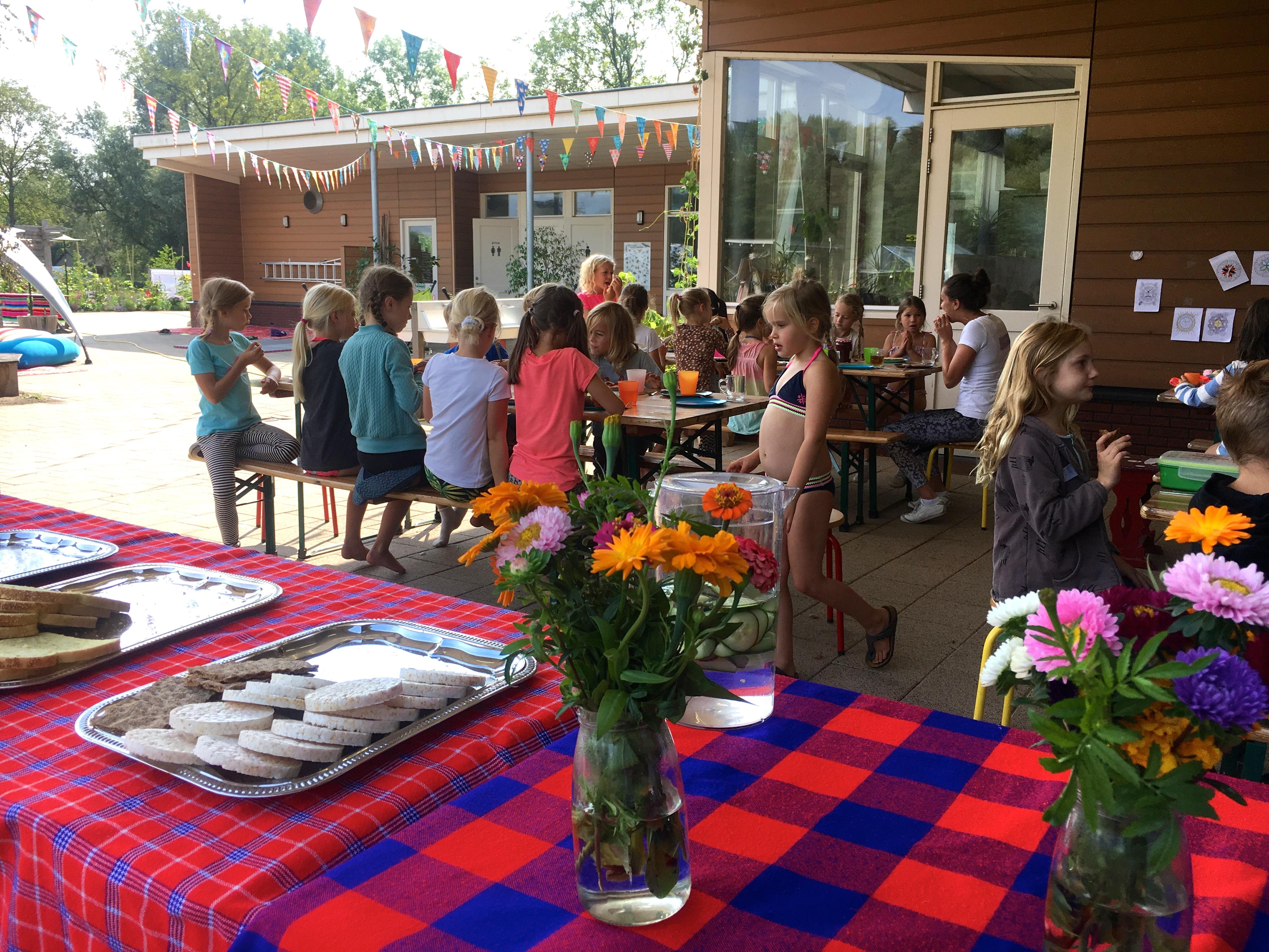 de Kinderyogatuin yogakamp zomerkamp - food for the belly & mind - kinderyoga mindfulness meditatie natuur buitenyoga aemstel schooltuin amsterdam amstelveen.jpg