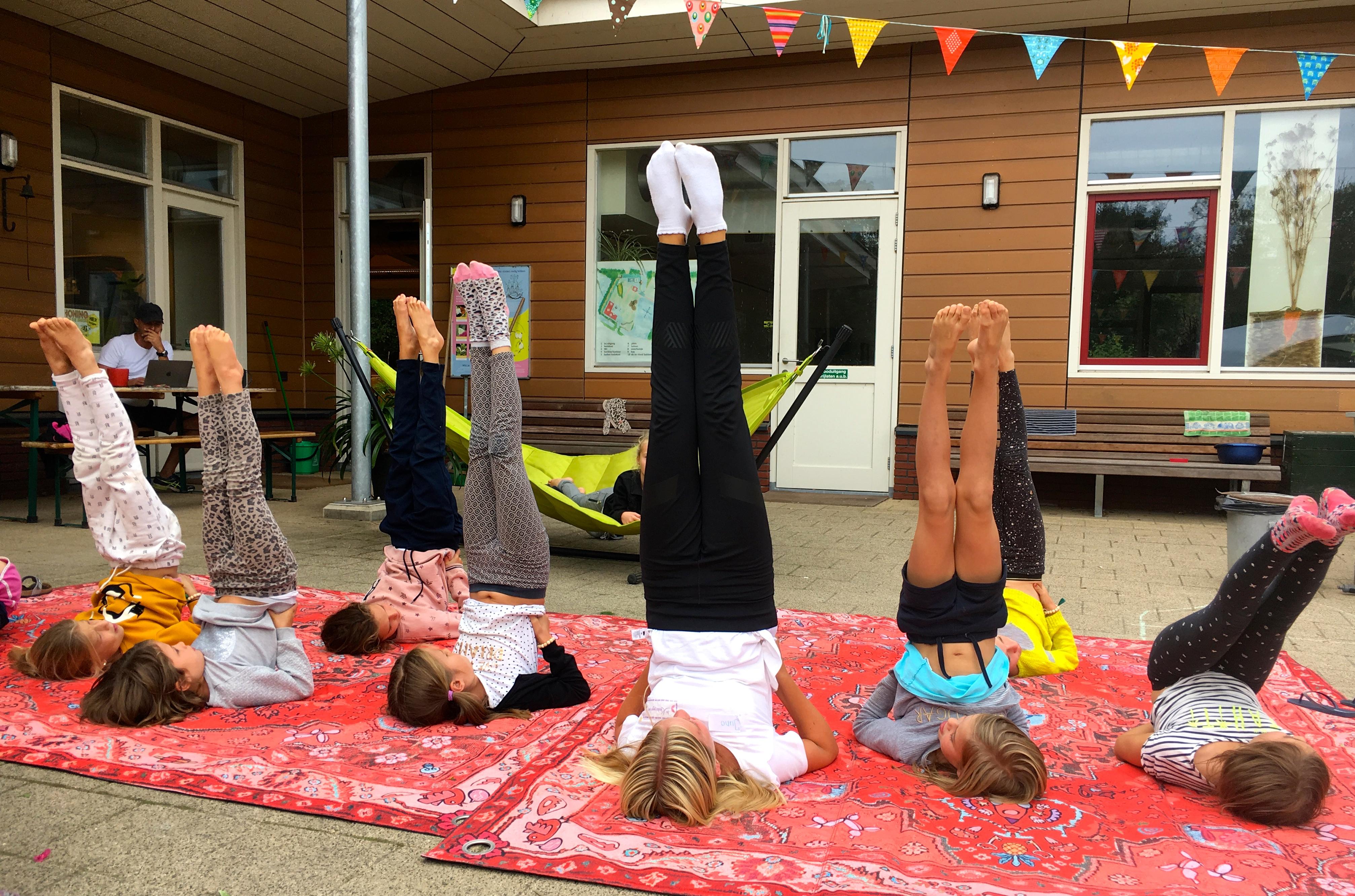 de Kinderyogatuin yogakamp zomerkamp kinderyoga - de kaars - kinderyoga mindfulness meditatie massage buitenyoga Aemstel schooltuin Amsterdam Amstelveen