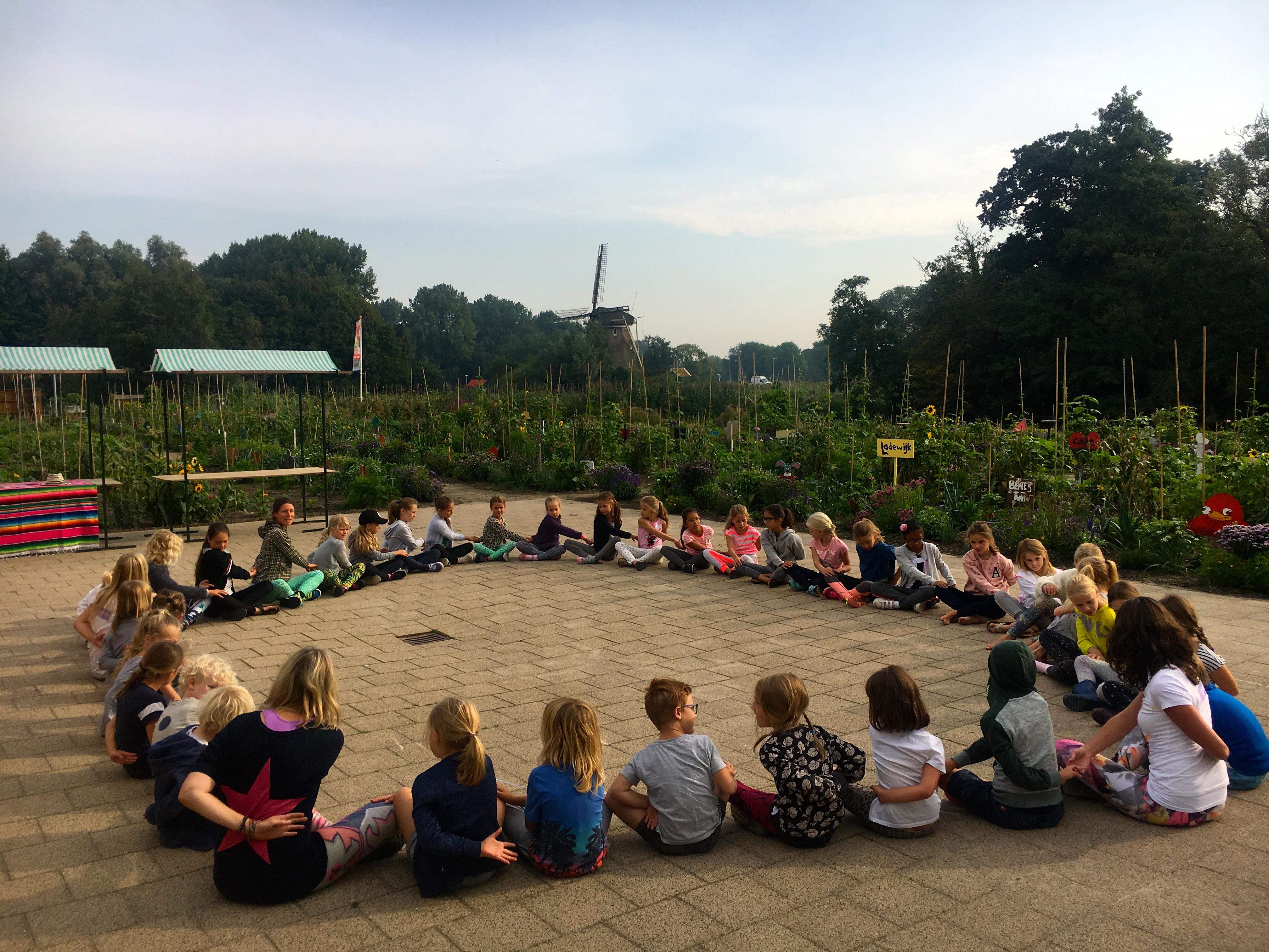 de Kinderyogatuin yogakamp zomerkamp kinderyoga - de twist - kinderyoga mindfulness meditatie massage buitenyoga Aemstel schooltuin Amsterdam Amstelveen