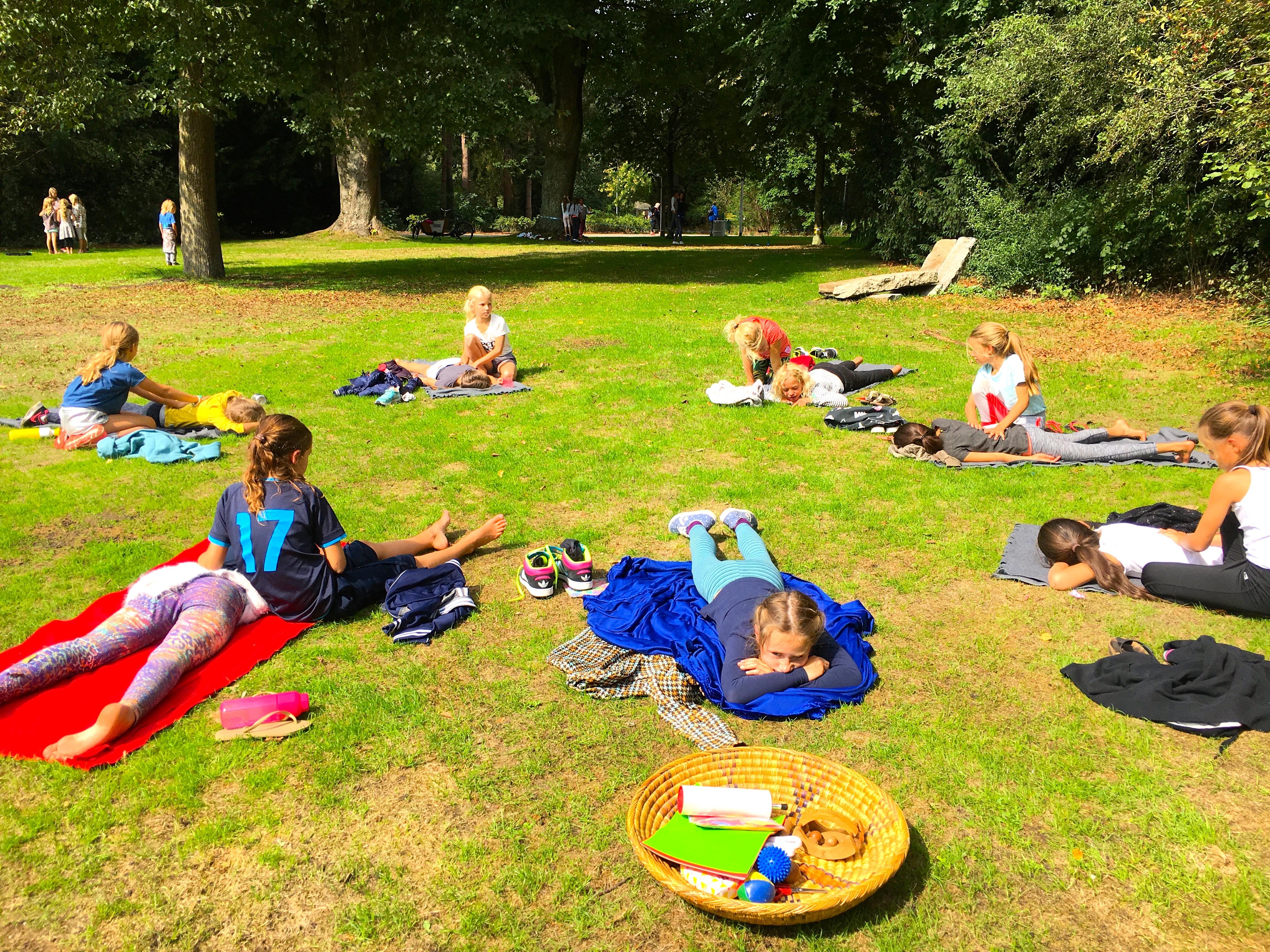 de Kinderyogatuin yogakamp zomerkamp - massage parcours - kinderyoga mindfulness meditatie massage buitenyoga Aemstel schooltuin Amsterdam Amstelveen